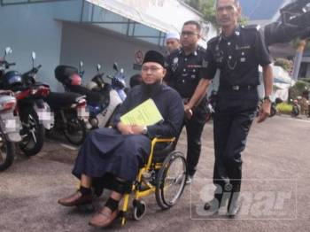 Muhammad Firdaous berkerusi roda didakwa atas tiga pertuduhan melakukan amang seksual terhadap pelajarnya tahun lalu.