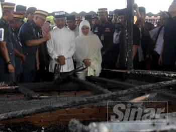 Al-Sultan Abdullah diiringi Raja Permaisuri Agong turut mencemar duli melihat rumah mangsa yang musnah sepenuhnya di Perkampungan Sungai Isap 2 hari ini.