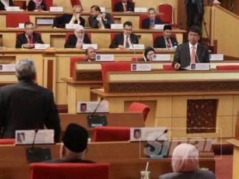 Asmuni mewakili Menteri Besar Perak menjawab soalan dikemukakan berhubung kedudukan hutang kerajaan negeri.