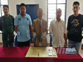 Omar Bakhtiar (tengah) menunjukkan peralatan menghisap dadah dan bekalan dadah dirampas dalam Ops Sarang dijalankan pihaknya hari ini.