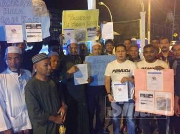 Noor Hariri (tiga, kanan) dan Mohd Fadhil (empat, kiri) bersama kepimpinan UMNO dan Pas Pasir Mas membuat laporan polis di Ibu Pejabat Polis Daerah (IPD) Pasir Mas, malam tadi.