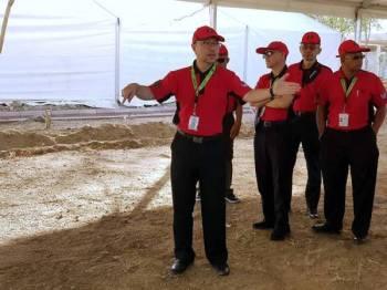 Ketua Rombongan Haji Malaysia Datuk Seri Syed Saleh Syed Abdul Rahman (kiri) meninjau persiapan fasiliti buat jemaah haji di Arafah dan Mina. Persiapan itu kini pada tahap 40 peratus buat keseluruhan 30,200 jemaah Haji Malaysia yang akan menunaikan haji pada tahun ini. - Foto BERNAMA