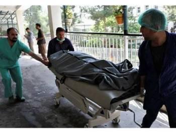 Amggota paramedik mengusung mayat mangsa yang terbunuh dalam kejadian letupan di Kabul hari ini.