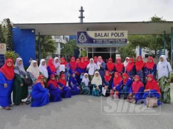 Wanita UMNO dan Muslimat Pas Kawasan Tenggara, Kota Tinggi, Pengerang hari ini tampil membuat laporan polis terhadap pemilik akaun Facebook yang menghina Nabi Muhammad SAW.
