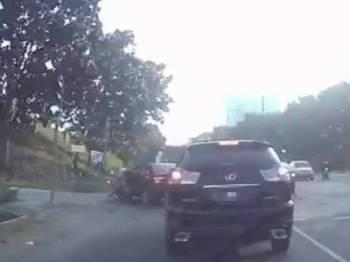 Kereta Toyata Vios ketika melanggar penunggang motosikal yang berada di bahagian kirinya.
