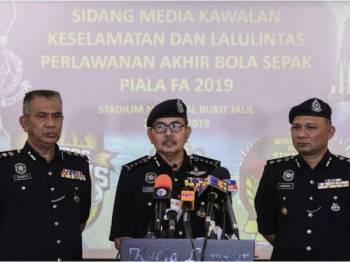 Ketua Polis Kuala Lumpur Datuk Seri Mazlan Lazim (tengah) pada sidang media mengenai Kawalan Keselamatan dan Lalu Lintas bagi Perlawanan Akhir Piala FA 2019 di Ibu Pejabat Polis Kontinjen Kuala Lumpur hari ini. Foto: Bernama