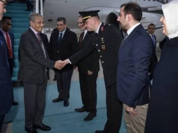 Perdana Menteri Tun Dr Mahathir Mohamad tiba di Lapangan Terbang Antarabangsa Esenboga bagi lawatan rasmi beliau ke Turki bermula hari ini. Foto: Bernama