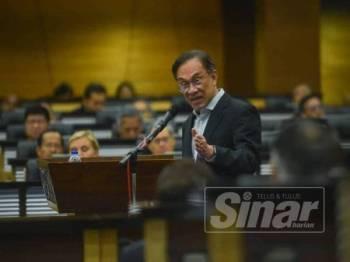Anwar ketika berucap pada Simposium Ekonomi Malaysia bertajuk Ekonomi Malaysia: Kini dan Masa Hadapan di Parlimen di sini hari ini. - Foto SHARIFUDIN ABDUL RAHIM