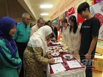 Fuziah merasmikan program Global Village Anjuran AIESEC Universiti Malaysia Pahang (UMP) di Dewan UMP Holding hari ini.