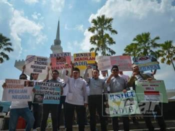 NGO Tuntut dan Pemuda UMNO Malaysia melakukan protes meminta Peguam Negara, Tommy Thomas meletak jawatan pada Jelajah Tuntut Kebenaran di hadapan Masjid Negara. Foto - SHARIFUDIN ABDUL RAHIM