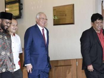 Bekas Perdana Menteri Datuk Seri Najib Tun Razak keluar dari Mahkamah Tinggi selepas prosiding perbicaraan membabitkan dana SRC International disambung Isnin depan. Najib, 66, menghadapi tiga tuduhan pecah amanah jenayah, satu pertuduhan menyalahgunakan kedudukan dan tiga pertuduhan melakukan pengubahan wang haram membabitkan dana SRC International berjumlah RM42 juta. -Foto Bernama