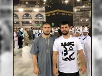Khabib (kiri) dan abangnya merakamkan kenangan ketika mengejarkan umrah di tanah suci Makkah tahun lalu.