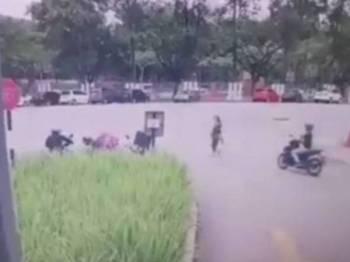 Rakaman kamera litar tertutup (CCTV) menunjukkan mangsa diragut suspek di hadapan sebuah kondominium di Bandar Sri Permaisuri, Kuala Lumpur, kelmarin.