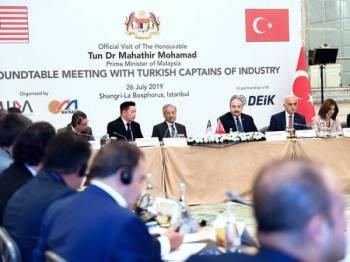 Perdana Menteri Tun Dr Mahathir Mohamad menghadiri perbincangan meja bulat bersama peneraju industri melibatkan kira-kira 35 syarikat utama Turki di Hotel Shangri-La Bosphorus hari ini.  - Foto Bernama