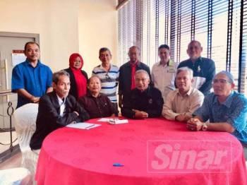 Ismail (duduk, tengah) pada sidang media Persatuan Veteran Angkatan Tentera Tidak Berpencen (PVATTBM) di Kuala Lumpur, hari ini.