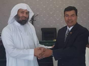 Mustapha (kanan) bersalaman dengan Sheikh Abdul Rahman ketika mengadakan kunjungan di pejabat Kedutaan Arab Saudi di Kuala Lumpur.