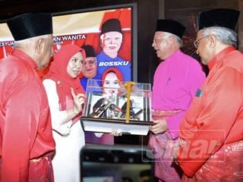 Norliza (dua dari kiri) menyampaikan cenderamata kepada Najib selepas merasmikan Mesyuarat Pergerakan Wanita UMNO Bahagian Bukit Gelugor pagi tadi.