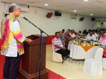 Ahmad Zahid ketika berucap pada program santai barisan kepimpinan UMNO bahagian Alor Setar di Dewan RC hari ini.