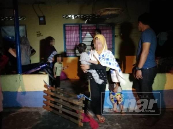 Lapan beradik diselamatkan JKM Melaka selepas ibu bapa mereka ditahan dipercayai terlibat dengan dadah ketika serbuan di sebuah rumah di Bukit Rampai semalam.