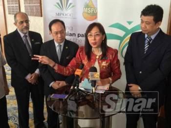 Teresa pada sidang media sebelum mengadakan sesi dialog bersama pemilik dan pengurusan kilang kelapa sawit Johor di Hotel Jen Puteri Harbour hari ini.