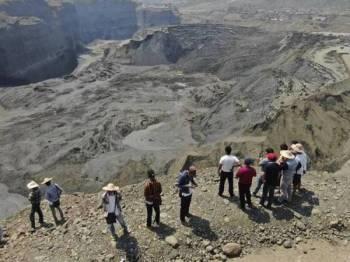Bulan April lalu, lebih 50 orang maut susulan insiden tanah runtuh di lombong jed di kawasan Hpakant, negeri Kachin, Myanmar. -Foto AP