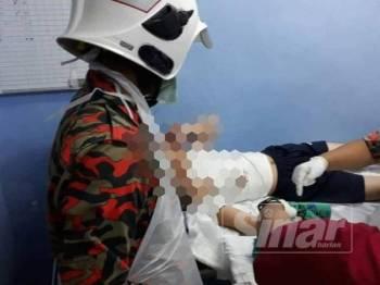 Anggota bomba dan penyelamat melakukan kerja-kerja membantu mengeluarkan jari mangsa yang tersepit pada mesin pengisar daging.