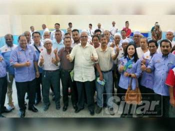 Mahfuz (tengah) bersama sebahagian pemandu teksi yang hadir program libat urus yang diadakan di pejabat Perkeso Kedah hari ini.