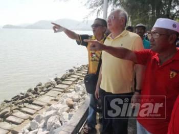 Najib meninjau tapak cadangan projek tambak laut itu di Permatang Damar Laut, Teluk Kumbar tadi.