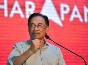 Reaksi Anwar ketika menyampaikan ucapan pada Majlis Makan Malam 'Harapan Sarawak Baru' malam ini. -Foto Bernama