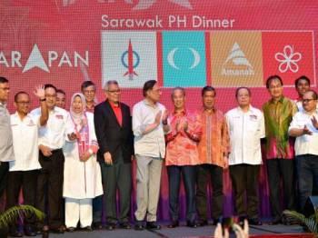 Ketua Umum Pakatan Harapan (PH) Datuk Seri Anwar Ibrahim bersama barisan pemimpin parti komponen PH pada Majlis Makan Malam 'Harapan Sarawak Baru' malam ini. -Foto Bernama