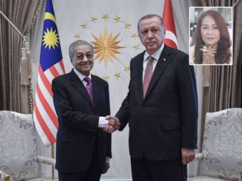 Dr Mahathir bersalaman dengan Presiden Turki, Recep Tayyip Erdogan sempena Lawatan Rasmi beliau ke Turki di Kompleks Presiden baru-baru ini. - Foto Bernama Gambar kecil: Liza