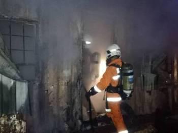 Anggota bomba bertungkus-lumus memadamkan kebakaran di kabin terbabit. Foto: Ihsan JBPM
