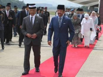 Yang di-Pertuan Agong Al-Sultan Abdullah Ri'ayatuddin Al-Mustafa Billah Shah (depan, kiri) berkenan berangkat mencemar duli menyambut ketibaan Sultan Brunei Sultan Hassanal Bolkiah (depan, kanan) dan Paduka Seri Baginda Raja Isteri Pengiran Anak Hajah Saleha di Pengkalan Tentera Udara DiRaja Malaysia (TUDM) Subang hari ini.Turut berangkat Raja Permaisuri Agong Tunku Hajah Azizah Aminah Maimunah Iskandariah.- Foto Bernama