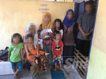 Kesemua lapan beradik termasuk bayi berusia dua minggu yang diselamatkan JKM negeri ini selepas ibu (duduk) dan bapa mereka ditahan dipercayai terlibat dengan penyalahgunaan dadah dalam satu serbuan di sebuah rumah di Kampung Tengah, Bukit Rambai di sini awal pagi semalam.