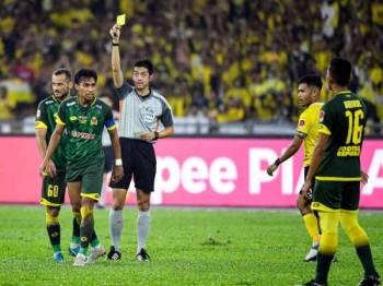 Okabe melayangkan kad kuning kepada Baddrol pada final Piala FA di Stadium Nasional, Bukit Jalil. -Foto Bernama