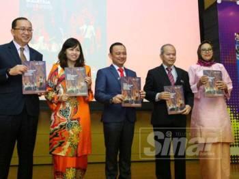 Maszlee (tengah) bersama Nie Ching (dua dari kiri), Mohd Gazali (dua dari kanan) dan Amin (kiri) selepas melancarkan Laporan Tahunan 2018 Pelan Pembangunan Pendidikan Malaysia (PPPM) 2013-2025. -Foto Sinar Harian ZAHID IZZANI