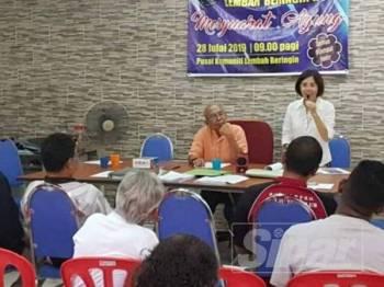 Lee Kee Hiong memperjelaskan mengenai status terkini projek perumahan itu pada Mesyuarat Agung Tahunan Persatuan Penduduk Lembah Beringin.