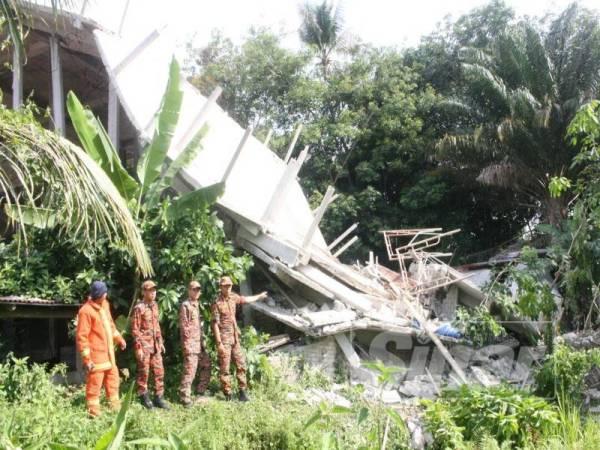Bangunan tiga tingkat yang dalam proses ubah suai untuk dijadikan sebagai reban ayam runtuh secara tiba-tiba di Kampung Chenarai, Alor Pasir di sini.