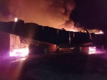 Sebuah kedai perabot musnah di Simpang Bukit Mendi, Triang, musnah dalam kebakaran malam tadi.