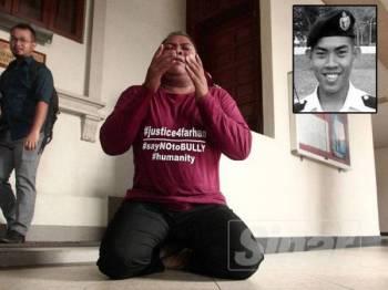 Zulkarnain Idrus, bapa kepada Arwahyarham Zulfarhan Osman, Pegawai Kadet Laut UPNM berdoa selepas melakukan sujud syukur di hadapan pintu masuk Mahkamah Sesyen Jenayah 2, Mahkamah Tinggi Kuala Lumpur hari ini.  - FOTO ZAHID IZZANI Gambar kecil:  Zulfarhan