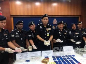 Mit (tengah) bersama pegawai dan anggota JSJN Kelantan menunjukkan dadah yang dirampas dalam Ops Ice Breaker yang dijalankan pihaknya bermula 28 Julai lalu.