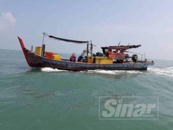 Bot nelayan tempatan yang ditahan APMM selepas didapati melanggar syarat lesen tangkapan ikan.