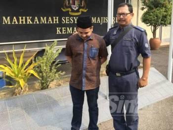 Tertuduh, Muhamad Arif-Azzarudin Abdullah, 25,didenda RM100,000 selepas mengaku salah memiliki rokok seludup di Mahkamah Majistret Kemaman, hari ini.