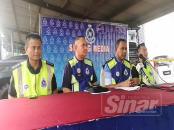 Mohamad Noor (dua, kanan) pada sidang media di IPD Kuantan hari ini.