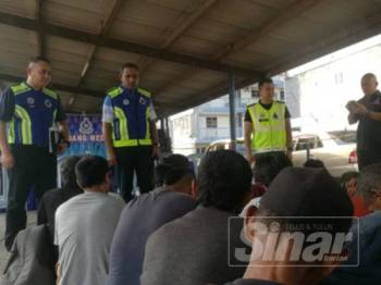 Mohamad Noor (dua , kiri) membuat pemeriksaan ke atas semua suspek kesalahan berkaitan dadah di IPD Kuantan di sini.