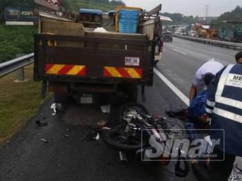 Motosikal ditunggang mangsa melanggar belakang lori yang rosak di lorong kecemasan di lokasi kejadian.