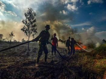 Lebih 9,000 anggota pasukan tindakan kecemasan termasuk tentera ditempatkan di wilayah yang menghasilkan getah dan minyak sawit utama di Indonesia.
