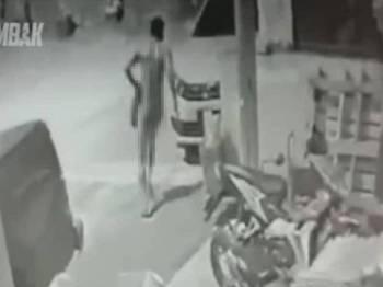 Aksi suspek berbogel melarikan diri yang dirakam CCTV rumah pengadu sebelum dimuat naik Facebook Grup Asal Gombak tular di media sosial sejak semalam.