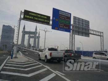 Kenderaan mula melalui jambatan angkat selepas ia dibuka semula kepada orang ramai hari ini.