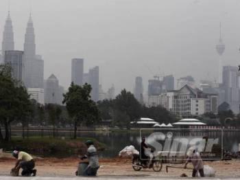Keadaan berjerebu di Kuala Lumpur mencecah paras sederhana dengan bacaan Indeks Pencemaran Udara (IPU) dicatat 84 pada jam 1.15 petang. FOTO ZAHID IZZANI